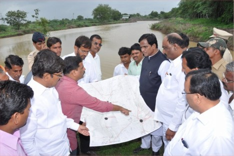 rao-saheb-danve-with-kishore-shitole-working-on-water-conservation