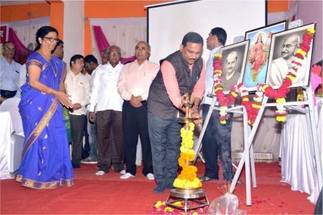 aurangabad-bjp-political-leader-kishore-shitole-ligting-lamp-at-deogiri-bank-function