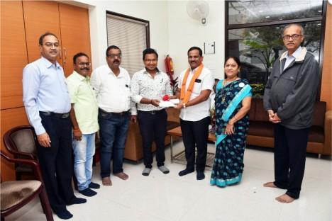 employees-of-deogiri-bank-with-kishore-shitole-deogiri-bank-chairman-political-leader-aurangabad